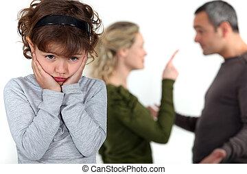 schattig, klein meisje, verontruste, op, parents', ruzie