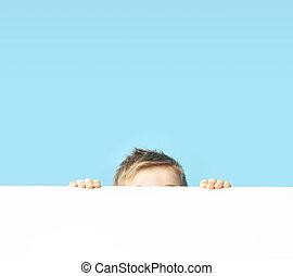 schattig, kleine, jongen, het verbergen, zichzelf