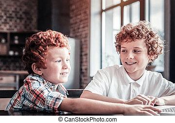 schattig, kleine, jongen, leren, hoe, om te, gebruiken, een, draagbare computer