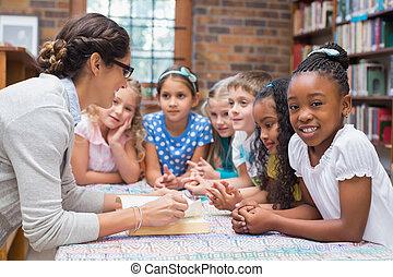 schattig, leerlingen, en, leraar, lezende , in, bibliotheek