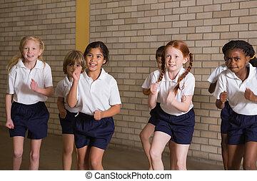 schattig, leerlingen, het opwarmen, in, pe, uniform
