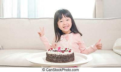 schattig, meisje, met, verjaardagstaart