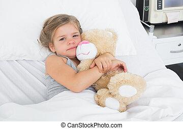 schattig, meisje, omhelzen, teddy beer, in, patientenbed
