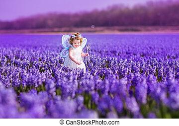 schattig, meisje, paarse , toddlger, kostuum, elfje, bloemen, spelend