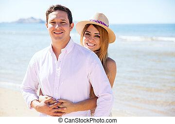 schattig, paar, relaxen, aan het strand