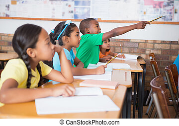 schattig, pupil, optillende hand, in, klaslokaal
