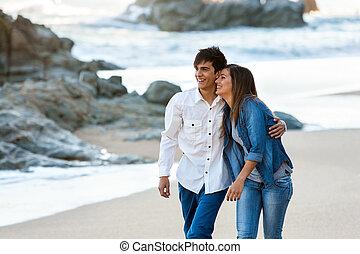schattig, tienerpaar, het lopen mee, strand.