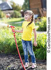 schattig, toddler, meisje, hebben, zo, veel, plezier, watering, in, de, garden.