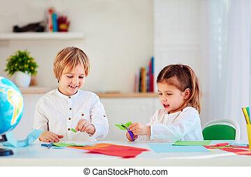 schattig, vrolijke , geitjes, jongen en meisje, scissor, kleurrijke, papier, ambacht, op, de, bureau