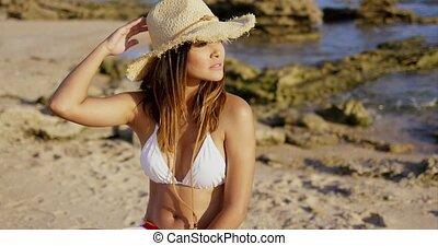 schattig, vrouw, in, bikini, kijken over, op, strand