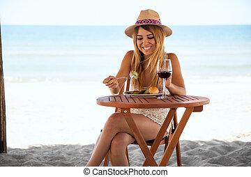schattig, vrouw ontspannend, aan het strand, door, zichzelf