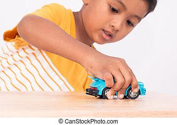 schattig, weinig; niet zo(veel), aziatische jongen, kind, geitje, peuter, spelend, met, blauwe auto, speelbal