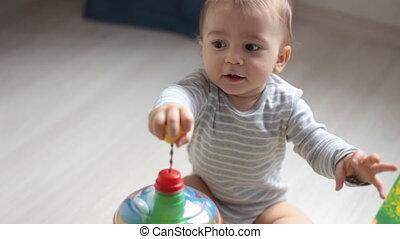 schattig, weinig; niet zo(veel), kleurrijke, speelgoed, baby, thuis, spelend