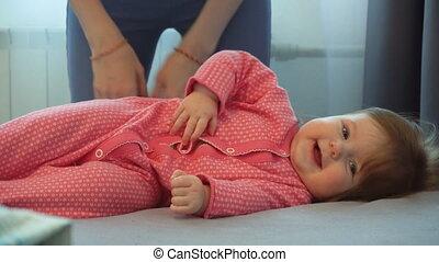 schattig, weinig; niet zo(veel), laughting, mamma, baby meisje, spelend