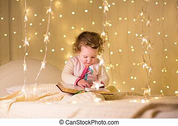schattig, weinig; niet zo(veel), toddler, kamer, donker, boek, girl lezen, chri