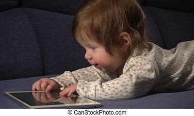 schattig, weinig; niet zo(veel), touchpad, baby meisje, spelend
