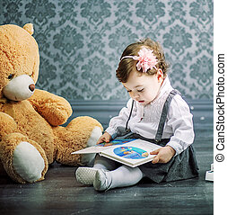 schattig, weinig; niet zo(veel), vloer, zittende , boek, girl lezen