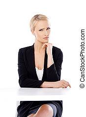 schattige, blonde , zakenmens , zitting op het bureau