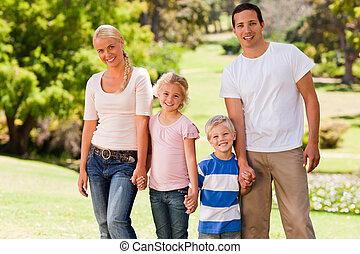 schattige, gezin, in het park