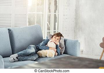 schattige, jongetje, slapende, met, zijn, speelbal