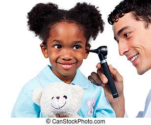 schattige, klein meisje, bij het wonen, medische controle, vrijstaand, op, een, witte achtergrond