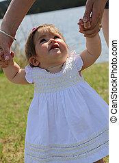 schattige, klein meisje, buitenshuis, in, zomer