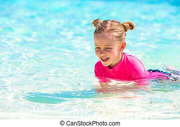 schattige, klein meisje, op, strand, gedurende, de zomervakantie