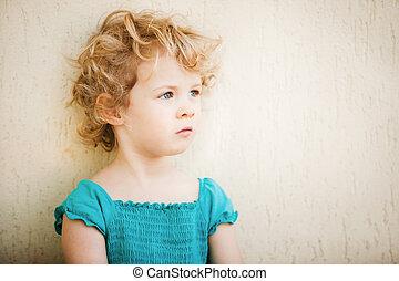 schattige, klein meisje, taken, closeup, buitenshuis, in, zomer