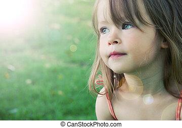 schattige, klein meisje, taken, closeup, buitenshuis, in, zomer, -, verlichtingseffect