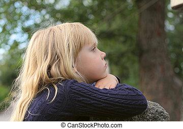 schattige, klein meisje, taken, closeup, buitenshuis