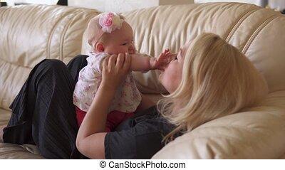 schattige, kussen, zijn, handen, baby, moeder, sofa