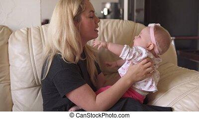 schattige, kussen, zijn, handen, baby, moeder