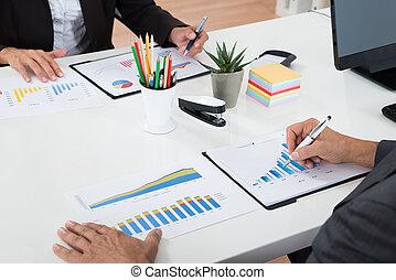schaubilder, analysieren, zwei, businesspeople