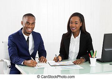 schaubilder, besprechen, businesspeople, tabellen