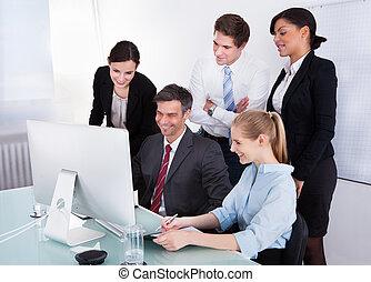 schauen, edv, businesspeople