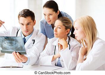 schauen, gruppe, röntgenaufnahme, doktoren
