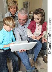 schauen, ihr, paar, laptop, enkelkinder
