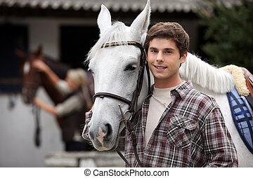 schauen, pferden, nach, junger mann