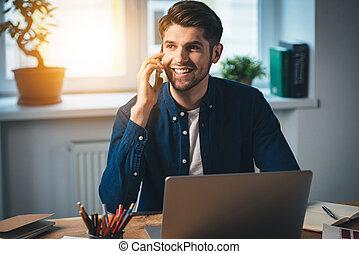schauen, seine, arbeitende , sitzen, beweglich, weg, junger, telefon, während, heiter, sprechende , warten, call!, ort, lächeln, mann, euch, dein, hübsch