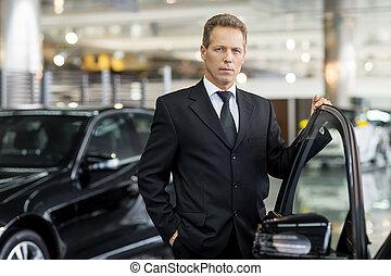 schauen, seine, tür, geöffnet, auto, grau, formalwear, hand, haar, sicher, choice., fotoapperat, besitz, mann