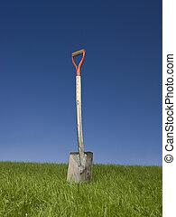 schaufel, in, grünes gras, gegen, a, blauer himmel