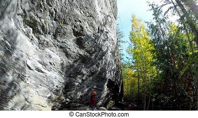 schaukeln climbers, neben, der, felsformation, in, wald, 4k