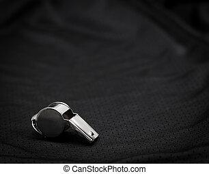 scheidsrechter, fluitje, op, zwarte achtergrond