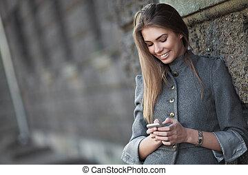 schicken, lächelnde frau, sms, straße
