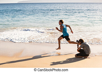schieten, mannelijke , foto, bts, achter, fotograaf, atleet, scènes, sporten, rennende , photoshoot., afbeeldingen, model, sportende, strand, boeiend