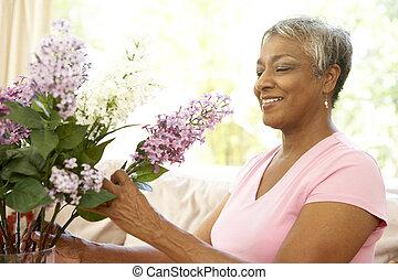 schikken, thuis, oude vrouw, bloem