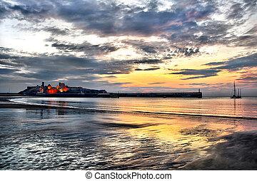 schil, kasteel, met, dramatisch, de hemel van de zonsondergang