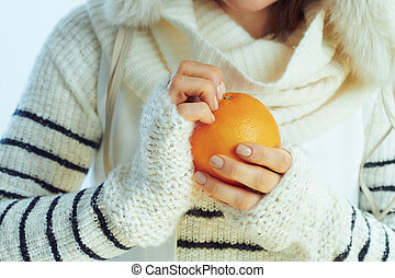 schil, vrouw, sinaasappel, modieus, van, closeup, vrolijke