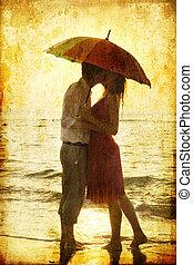 schirm, paar, unter, küssende , sandstrand, sunset.