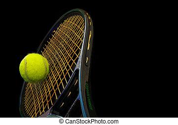 schläger, tennisball, schwarzer hintergrund